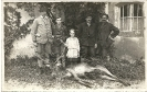 Jäger, Kinder und Hirsch als Jagdtrophäe, historisches Gruppenfoto