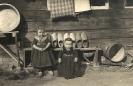 Kleinkinder in Tracht - Zwei Kinder mit Holzschuhe, historische Fotografie