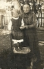 Frau und Mädchen im Garten - Historische Fotografie als Postkarte konzipiert, an Fräulein Hahner, Taufkirchen
