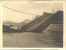Eingestürzte Brücke, Ort und Datum unbekannt, historische Fotografie